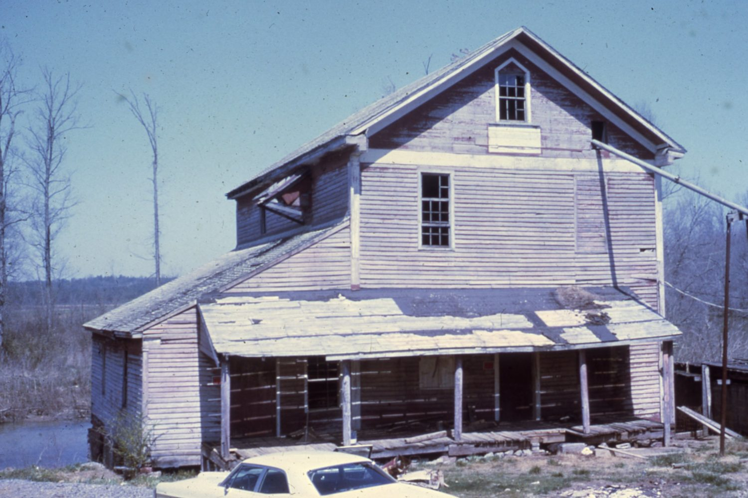 In 1971 Prater's Mill was in serious disrepair. To raise funds to preserve the mill, volunteers staged the first Prater's Mill Country Fair on Mother's Day weekend in May of 1971.